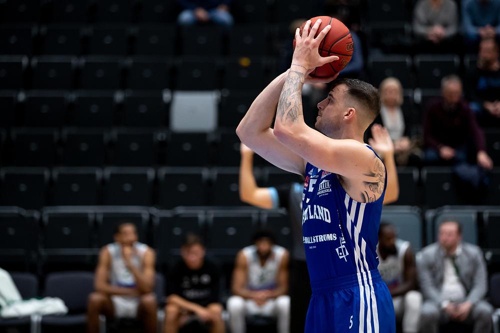 ÖSTERSUND 20210924<br /> Jämtlands Steve Harris skjuter straff under fredagens match i Basketligan mellan Jämtland Basket och Nässjö Basket i Östersunds Sporthall<br /> <br /> Foto: Per Danielsson/Projekt.P