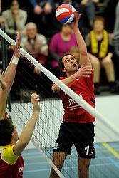19-02-2011 VOLLEYBAL: PRINS VCV - DRAISMA DYNAMO: VEENENDAAL<br /> Dynamo wint vrij eenvoudig met 3-0 van VCV / Rowan van Vreede (#1)<br /> ©2011-WWW.FOTOHOOGENDOORN.NL
