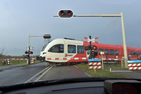 Nederland, Zevenaar, 29-11-2018Een bewaakte spoorwegovergang. De spoorbomen zijn omlaag en de rode lichten knipperen. Bij deze overgang vond enkele weken geleden een dodelijk ongeluk plaats toen twee mensen opzettelijk op het spoor gingen staan terwijl er een trein aankwam. Het traject is van Arnhem naar Winterswijk.Foto: Flip Franssen
