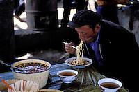 Chine. Province du Sinkiang (Xinjiang). Kashgar (Kashi). Bazar de la vieille ville. Population Ouigour. Marché du dimanche. Restaurant. // China. Sinkiang Province (Xinjiang).  Kashgar (Kashi). Old city bazar. Ouigour population. Sunday market. restaurant.