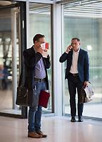 DEU, Deutschland, Germany, Berlin, 21.04.2020: Kay Gottschalk (MdB, AfD, Alternative für Deutschland) vor einer Sitzung der AfD-Fraktion im Deutschen Bundestag. Aufgrund der Coronakrise trägt er eine Schutzmaske, die Mund und Nase bedeckt. Im Hintergrund: Tino Chrupalla (MdB, AfD)