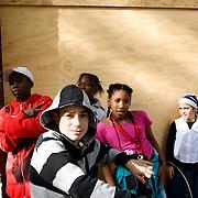 """Nederland Rotterdam 10 september 2007 .Allochtone kinderen poseren voor dichtgetimmerd pand in probleemwijk Oude Noorden. .Probleemwijk Oude Noorden Rotterdam is een van de 40 wijken waar het kabinet 2,4 miljard voor heeft gereserveerd in de miljoenennota om de problematiek in deze wijken het hoofd te bieden.  ?Het kabinet trekt in de begroting voor 2008 het meeste extra geld uit voor de 'onderkant' van de samenleving.in de miljoenennota 2007 trekt Justitie 34,6 miljoen extra uit voor het terugdringen van de jeugdcriminaliteit. Voor inburgering en integratie wordt 80 miljoen extra uitgetrokken. Justitie is in totaal 360 miljoen euro kwijt aan uitvoering van de pardonregeling voor een oude groep asielzoekers. De woningcorporaties dragen 2,5 miljard bij aan de probleemwijken. Het rijk stelt 500 extra wijkagenten beschikbaar. Corporaties steken 2,5 miljard in probleemwijken.De woningbouwcorporaties gaan de komende tien jaar 2,5 miljard euro investeren in de aanpak van de veertig probleemwijken. Dat staat in een akkoord dat minister voor Wonen, Wijken en Integratie Ella Vogelaar (PvdA) maandag heeft bereikt met de koepel van de woningcorporaties Aedes. De koepel had de gesprekken eerder opgeschort uit onvrede over de eenzijdige beslissing van het kabinet om de corporaties een belastingverhoging op te leggen..Over de belastingverhoging is nu nog geen besluit genomen. Het nieuwe akkoord tussen Vogelaar en Aedes zorgt voor de oprichting van een fonds waarin alle Nederlandse woningcorporaties jaarlijks, naar draagkracht, in totaal 250 miljoen storten. In tien jaar leidt dat tot een kapitaal van 2,5 miljard. De woningcorporaties houden dat geld wel in eigen beheer. """"We hebben echt een doorbraak bereikt"""", stelde een vrolijke Vogelaar maandag..Volgens de minister kunnen de veertig probleemwijken laagdrempelig geld uit het fonds opvragen. Daarvoor moeten ze wel een zogeheten wijkactieplan overleggen, waarin staat hoe ze de achterstandsbuurten willen verbeteren. Volgens Vogelaar"""