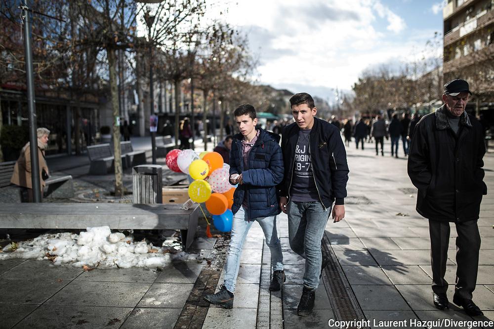 Décembre 2017. Kosovo : 10ème anniversaire de l'indépendance. Avenue Mère Theresa, champs-élysées locaux où les habitants adorent venir déambuler en famille, entre amis etc… Beaucoup d'enfants, pays jeune. Pristina. Prishtina.