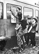 Dziewczęta zawieszjące plakat, obóz młodzieżowy w Myślcu nad Dunajcem. 1982 rok.