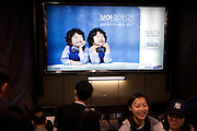Werbung fuer die koreanische Firma Samsung in ein einer Passage der Metro in Seoul im Zentrum der koreanischen Metropole. <br /> <br /> Commercial for the Korean company Samsung in a passage of the Seoul subway in the center of the Korean metropolis.