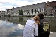 Gent, Belgie, Mar 11, 2009, Een jong koppel geniet van het zicht aan het water op het Vleeshuis, ©Christophe VANDER EECKEN