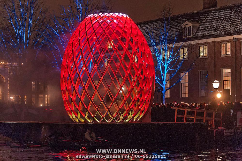 Burgemeester Eberhard van der Laan heeft het Amsterdam Light Festival 2012 feestelijk geopend. Bij een wandeling of vaartocht langs de Amstel, de Boulevard of Light een sprookjesachtige beleving. Een van de blikvangers die vanavond een Amsterdamse primeur beleeft is het spectaculaire lichtkunstwerk 1.26 van de Amerikaanse Janet Echelman dat is gespannen boven de Amstel bij de Stopera. Op een ponton bij de Hermitage staat het zowel van buiten als van binnen indrukwekkende OVO van Koert Vermeulen Marco Viñals Bassols , Pol Marchandise & Mostafa Hadi.