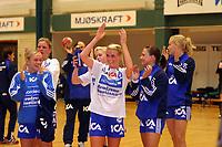 Håndball , kvinner  15  september 2004  , 4 runde NM , <br /> Tranberghallen<br /> Gjøvik og Vardal HK  v Nordstrand 2000<br /> <br /> Randi H. Gustad -Nordstrand takker fansen som hadde tatt turen til Gjøvik.<br /> <br /> Foto : Dagfinn Limoseth - Digitalsport
