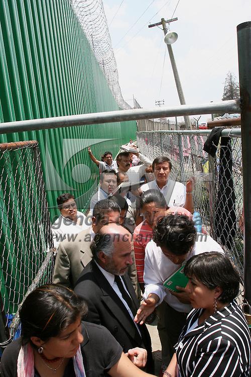 Almoloya de Juarez, Mex.- La abogada Barbara Zamora, defensora de los integrantes del Frente de Pueblos en Defensa de la Tierra de San Salvador Atenco espera le permitan el acceso al penal estatal de Santiaguito, donde se encuentran detenidos mas de doscientas personas que fueron ingresados por la policia los pasados 3 y 4 de mayo. Agencia MVT / Mario Vazquez de la Torre. (DIGITAL)<br /> <br /> NO ARCHIVAR - NO ARCHIVE