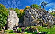 Wejście do Jaskini Ciemnej w Dolinie Prądnika, Ojców, Polska<br /> Entrance to the Dark Cave in Prądnik Valley, Ojców, Poland
