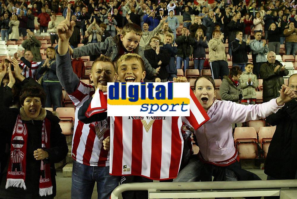 Photo: Andrew Unwin.<br /> Sunderland v Fulham. The Barclays Premiership. 04/05/2006.<br /> Sunderland fans celebrate their team's win.