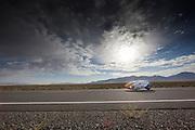 De VeloX4 met Rik Houwers is van start voor de kwalificaties. Houwers rijdt 121,9 km/h en is daarmee de snelste. Het Human Power Team Delft en Amsterdam (HPT), dat bestaat uit studenten van de TU Delft en de VU Amsterdam, is in Amerika om te proberen het record snelfietsen te verbreken. Momenteel zijn zij recordhouder, in 2013 reed Sebastiaan Bowier 133,78 km/h in de VeloX3. In Battle Mountain (Nevada) wordt ieder jaar de World Human Powered Speed Challenge gehouden. Tijdens deze wedstrijd wordt geprobeerd zo hard mogelijk te fietsen op pure menskracht. Ze halen snelheden tot 133 km/h. De deelnemers bestaan zowel uit teams van universiteiten als uit hobbyisten. Met de gestroomlijnde fietsen willen ze laten zien wat mogelijk is met menskracht. De speciale ligfietsen kunnen gezien worden als de Formule 1 van het fietsen. De kennis die wordt opgedaan wordt ook gebruikt om duurzaam vervoer verder te ontwikkelen.<br /> <br /> Rik Houwers is on his way in the VeloX4 for qualifications. He'll reach 75,74 mph. The Human Power Team Delft and Amsterdam, a team by students of the TU Delft and the VU Amsterdam, is in America to set a new  world record speed cycling. I 2013 the team broke the record, Sebastiaan Bowier rode 133,78 km/h (83,13 mph) with the VeloX3. In Battle Mountain (Nevada) each year the World Human Powered Speed ??Challenge is held. During this race they try to ride on pure manpower as hard as possible. Speeds up to 133 km/h are reached. The participants consist of both teams from universities and from hobbyists. With the sleek bikes they want to show what is possible with human power. The special recumbent bicycles can be seen as the Formula 1 of the bicycle. The knowledge gained is also used to develop sustainable transport.