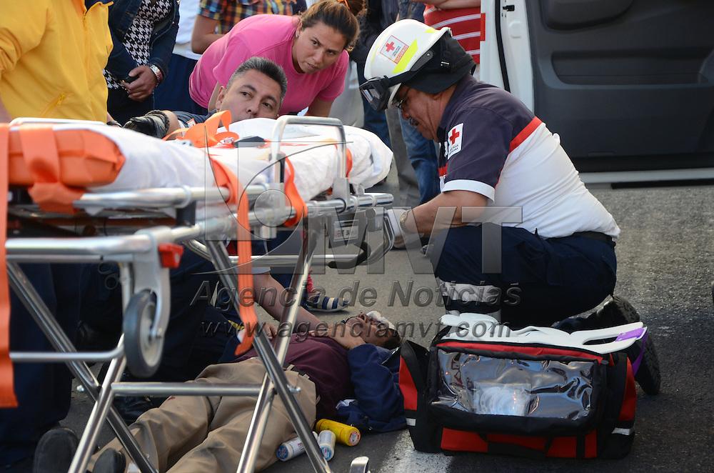 TOLUCA, Mexico.-  Una persona de aproximadamente 50 años, fue atropellada por una camioneta en la vialidad Toluca Metepec, Pinosuarez a la altura de la colonia Hípico, paramédicos de la Cruz Roja acudieron a prestar auxilio y trasladar al herido a un hospital de Toluca. Agencia MVT. José Hernández.  (DIGITAL)
