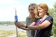 Persbijeenkomst tweede seizoen Dokter Tinus in Woudrichem dat figureert als standplaats voor de serie.<br /> <br /> Op 3 september start de nieuwe serie van Dokter Tinus bij SBS 6<br /> <br /> Op de foto: Jennifer Hoffman en een fan maken een selfie
