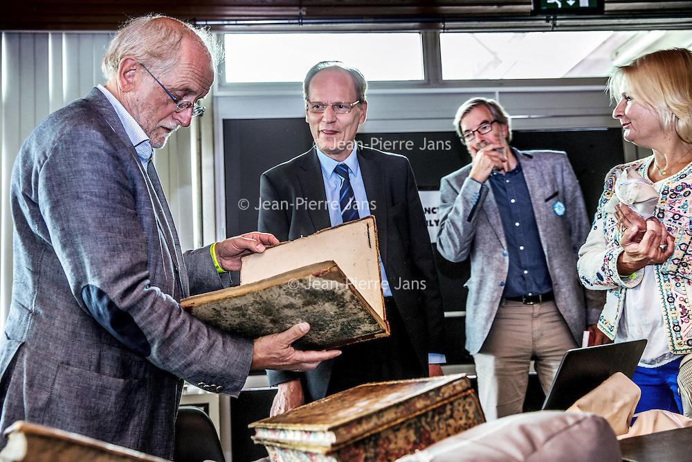 Nederland, Amsterdam, 4 september 2016.<br /> Manuscripta viert de opening van het boekenseizoen elk jaar in het eerste weekend van september. Een mooi literair festival.<br /> Op de foto:<br /> Laat je boek taxeren door de Koninklijke Bibliotheek (KB)<br /> Zij kunnen je zeldzame, oude boeken 'waarderen 'in woorden en indien mogelijk in geld. Neem je bijzondere boek mee en hoor wat de kenners te zeggen hebben, of kom kijken naar bijzondere collectiestukken.<br /> <br /> <br /> <br /> Foto: Jean-Pierre Jans