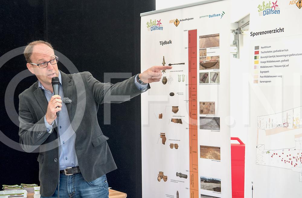 DALFSEN - Schatgraven 2017.<br /> Foto: Henk van der Velde geeft de gravers uitleg.<br /> FFU PRESS AGENCY COPYRIGHT FRANK UIJLENBROEK