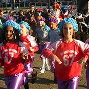 NLD/Huizen/20061118 - Intocht Sinterklaas 2006 Huizen, Sinterklaas en burgemeester van Gils genieten van een dansoptreden