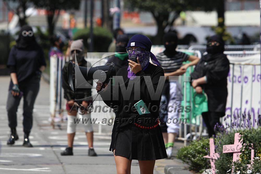 Toluca, México.- Colectivos feministas colocan cruces en memoria de mujeres y niñas víctimas de feminicidio en el Estado de México, también instalaron un tendedero de denuncias por violencia de género en la plaza de los Mñartires. Agencia MVT / Ramsés Mercado.