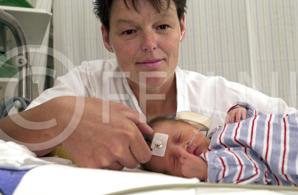 fotografie frank uijlenbroek©2001 frank uijlenbroek.010601 zwolle ned.Dr. Irma van Straaten Neonatholoog onderzoekt het gehoor van te vroeg geboren kinderen.