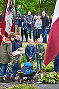 Nederland, Overasslt, Nederasselt, Heumen, 4-5-2019 Dodenherdenking voor de slachtoffers van de 2e wereldoorlog en ook uit conflicten daarna. De herdenking vond plkaats bij het monument van de parachutisten die hier gedropt werden in 1944 om de brug bij Grave te veroveren tijdens operatie Market Garden. . Kinderen, jongeren,jeugd, leggen ook een bloem bij het monument . Toekomst .Foto: Flip Franssen