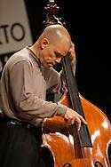 Il contrabbassista Calvin Jones durante il concerto di Amiri Baraka.                    The double bass player Calvin Jones during the concert of Amiri Baraka.