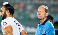 RAIPUR (India) - De Nederlander Roelant Oltmans,  ,  coach  van India,   voor de wedstrijd tussen India en Argentinië bij de Hockey World League Finale toernooi . links Sardar Singh van India.  ANP KOEN SUYK