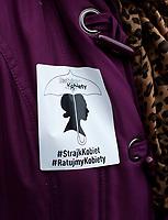 """Bialystok, 03.10.2017. Ponad 100 osob uczestniczylo w manifestacji w rocznice Czarnego Protestu ( 3.10.2016 ) , glownie przeciwko odebraniu wielu parom w Polsce mozliwosci posiadania dzieci metoda in vitro . Na pikiecie pod haslem """" Czarny wtorek – wielka zbiorka """" byly rowniez zbierane podpisy pod projektem """" Ratujmy Kobiety 2017 """" – obywatelskim projektem ustawy liberalizujacej aborcje fot Michal Kosc / AGENCJA WSCHOD"""