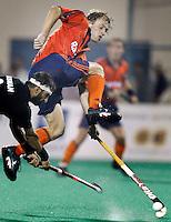 WK Hockey. Nederland-Pakistan 2-1. Teun de Nooijer stopt eeen schot van Muhammad Usman.