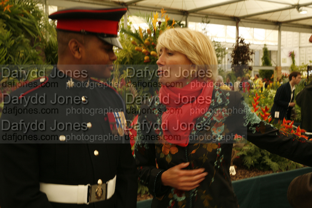 EMMA THOMPSON AND PTE. JOHNSON BEHARRY V.C., ON THE GRANADA STAND. Press Preview of the RHS Chelsea Flower Show sponsored by Saga Insurance Services. Royal Hospital Rd. London. 22 May 2006. ONE TIME USE ONLY - DO NOT ARCHIVE  © Copyright Photograph by Dafydd Jones 66 Stockwell Park Rd. London SW9 0DA Tel 020 7733 0108 www.dafjones.com