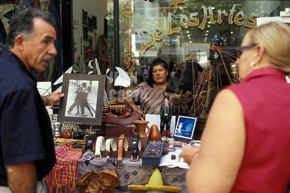 Argentina. Buenos Aires..Puesto de souvenirs en la Avenida de Mayo..------------------------------------------------------------------.Sale of souvenirs at traditional Mayo Avenue...© JOAN COSTA