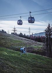 THEMENBILD - eine Schneekanone auf einer grünen Skipiste und die 10er Kabinenumlaufbahn MK Maiskogel, aufgenommen am 15. November 2018 in Kaprun, Österreich // a snow cannon on a green ski slope and the 10-passenger canopy MK Maiskogel, Kaprun, Austria on 2018/11/15. EXPA Pictures © 2018, PhotoCredit: EXPA/ Stefanie Oberhauser