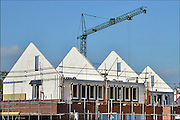 Nederland, Nijmegen, 9-10-2015 Bouwplaats voor huizen in de nieuwe wijk Laauwik, onderdeel van de stadsuitbreiding Waalsprong van Nijmegen in Lent. Er worden hier veel verschillende woningtypen gebouwd, zowel voor sociale huur,koop en vrije sector. Foto: Flip Franssen/HH