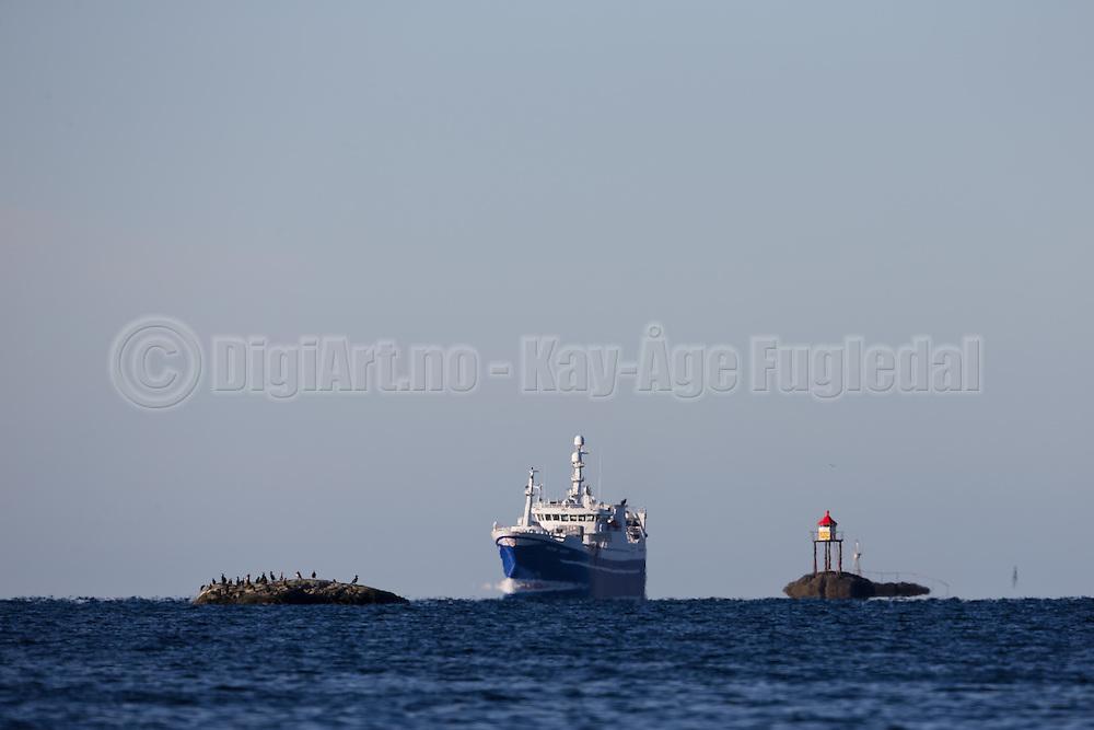 The fishingboat Havsnurp is sailing into Herøyfjord, Norway   Ringnotsnurparen Havsnurp på vei inn i Herøyfjord.