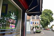 Nederland, Arnhem, 20-8-2014Coffeeshop in de wijk Klarendal, het modekwartier van de stad.FOTO: FLIP FRANSSEN/ HOLLANDSE HOOGTE