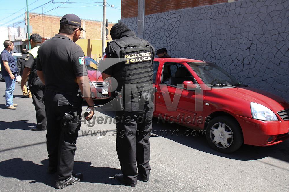 TOLUCA, Mex -  Elementos de la policia municipal de Toluca detuvieron a cinco presuntos narco menudistas, que se encontraban comercializando droga a las afueras de una escuela preparatoria, en su poder les fueron encotradas 80 grapas y 3 piedras, tambien fueron asegurados dos automóviles y una motocicleta.   Agencia MVT / Crisanta Espinosa.