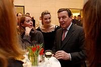 13 JAN 2003, BERLIN/GERMANY:<br /> Gerhard Schroeder (R), SPD Bundeskanzler, im Gespraech mit der SPD nahestehendend Schauspielerinnen  Ina Paule Klink (M), und Esther Schweins (R), Neujahrsempfang der SPD Bundestagsfraktion, Fraktionsebene, Deutscher Bundestag<br /> IMAGE: 20030113-02-079<br /> KEYWORDS: Gespräch, Gerhard Schröder