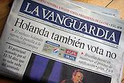 Spanje, Barcelona, 3-6-2005..Kop op de voorpagina van de krant La Vanguardia over de uitslag van het referendum in Nederland over de Europese grondwet. Afwijzing. Reactie buitenland, buitenlandse media, beeldvorming, stemmen...Foto: Flip Franssen