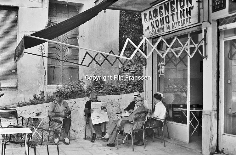 Griekenland, Thessaloniki, 8-9-1973  Voor een cafe zitten de mannen op het terras en drinken hun koffie . Foto: ANP/ Hollandse Hoogte/ Flip Franssen
