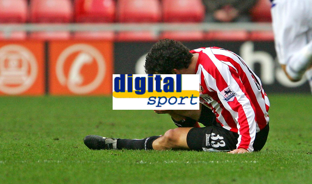 Photo: Andrew Unwin.<br />Sunderland v Everton. The Barclays Premiership. 31/12/2005.<br />Sunderland's Julio Arca feels the pain after a challenge.