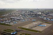 Nederland, Noord-Holland, Haarlemmermeer, 16-04-2008; geparkeerde vliegtuigen op luchthaven Schiphol, stationsgebouw met vliegtuigen aan de gates (de 'slurven'), links van de terminal de verkeerstoren met vluchtleiding, in de achtergrond het kantorenpark, in de verte aan de horizon in de polder de hoogbouw van Hoofddorp; KLM, logo..luchtfoto (toeslag); aerial photo (additional fee required); .foto Siebe Swart / photo Siebe Swart