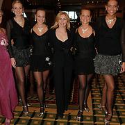 NLD/Noordwijk/20051212 - Kerst Society lunch 2005, Annet Wijdom en Anita van der Hoeven en Fa Fa Dansers