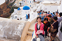 Grece, les Cyclades, Iles Egéennes, Ile de Santorin (Thira), village de Oia (Ia), eglise aux dômes bleues, touristes // Greece, Cyclades, Santorini island, oia (Ia) village, church with blue dome, tourists