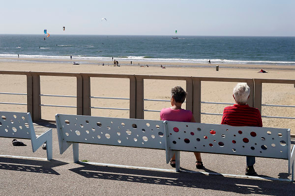 Nederland, Scheveningen, 20-6-2018Aan de boulevard zit een ouder echtpaar op een bankje naar het strand te kijken .Foto: Flip Franssen