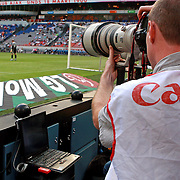 NLD/Amsterdam/20070802 - LG Amsterdams Tournament 2007, fotograaf met laptop fotografeert de wedstrijd