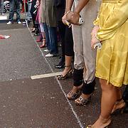 NLD/Amsterdam/20070308 - Stilettorun 2007 Amsterdam, deelneemsters op stiletto hakken wachtend aan de startlijn