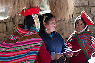 In the village of Patacancha site on Qapac-ñan between the Sacred Valley and Lares  the NGO Awamaki works with a large group of women both in the field of textile craft in which that responsible tourism. It's a  way to create development while safeguarding indigenous cultural identity . Monica Huanta of that NGO  speaks Quechua (essential given the difficulty of the village women to express themselves in Spanish) visit the community to administrative matters.