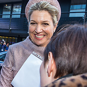 NLD/Nieuwegein/20191129 - Maxima bij jubileumcongres CNV Vakmensen, Koningin Maxima krijgt een tekening aangeboden