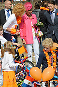 Koninginnedag 2011 in het  Limburgse plaatsjeThorn (witte dorp) // Queen's Day 2011 in the southern of Holland ( Limburg). The Royal family is visiting the small white village Thorn.<br /> <br /> Op de foto / On the photo: Prinses Laurentien en Prins Constantijn