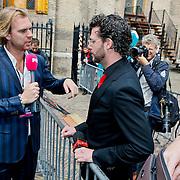 NLD/Den Haag/20100921 - Prinsjesdag 2010, Rutger Castricum interviewd verwijderde verslaggever