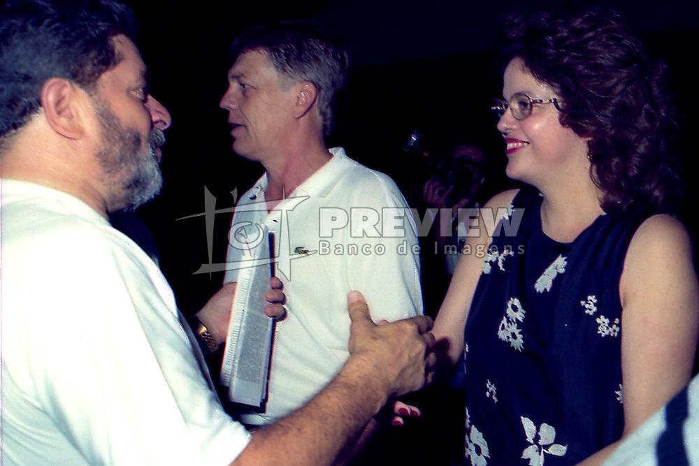 Dilma Rousseff cumprimenta  Lula em um almoço oferecido a ele pelo PT e pelo PDT no dia 22/01/1998 no Galpão Crioulo do Parque da Harmonia, em Porto Alegre. Neste ano o Brizola concorreu como vice dele. FOTO: Sérgio Néglia/Preview.com